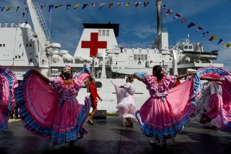 Penari Venezuela menyambut kedatangan kapal rumah sakit asal China, Peace Ark,  di pelabuhan La Guaira, Venezuela, Sabtu (22/9/2018). (AFP/Federico Parra)
