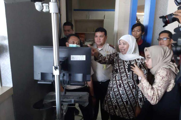 Khofifah melihat Thermal Scanner di Terminal 2 Bandara Internasional Juanda Surabaya, Jumat (24/1/2020).