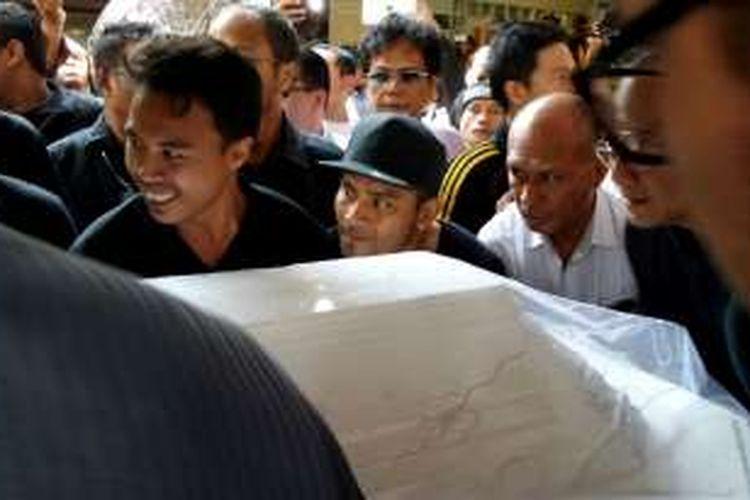 Vokalis Judika turut mengangkat peti Jenazah Mike Mohede ke mobil jenazah di depan kediaman Mike di Jalan Kuricang Raya, Bintaro, Tangerang Selatan, Selasa (2/8/2016).