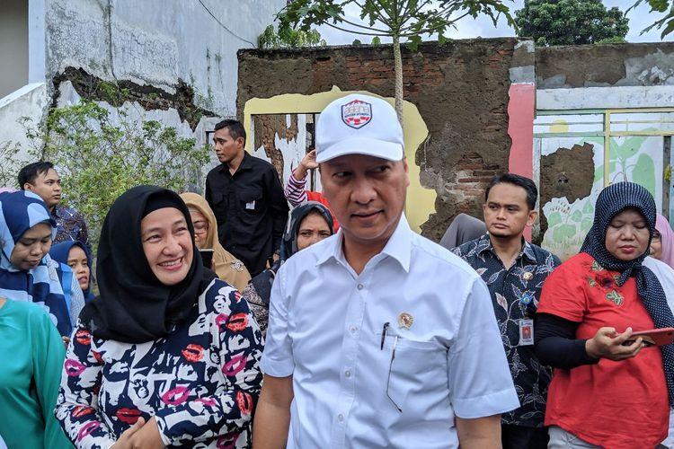 Menteri Perindustrian Agus Gumiwang saat memberikan bantuan alat industri kecil menengah yang terdampak banjir di Kota Tangerang, Kamis (9/1/2020)
