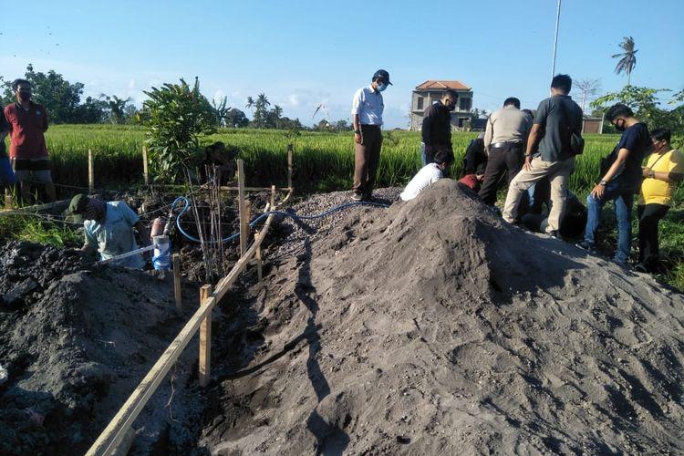 Penemuan tulang belulang manusia saat gali pondasi di Sading, Mengwi,Badung, Sabtu (12/9/2020).