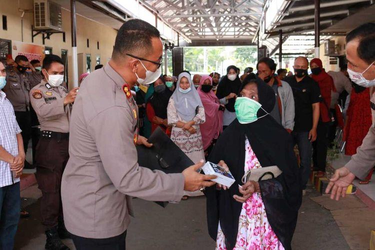 Kapolres Takalar, Sulawesi Selatan, AKBP Benny Murjayanto, memberikan hadiah ponsel bagi warga yang datang menjalani vaksinasi massal di Mapolres Takalar, (Kamis, (17/6/2021).