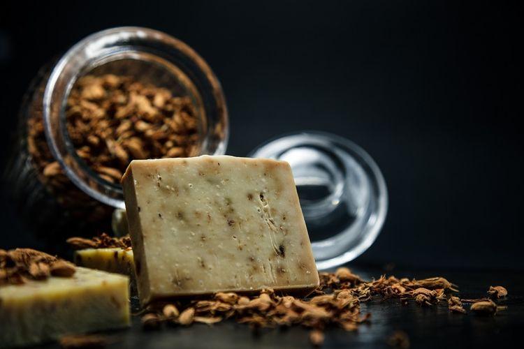 Sabun termahal di dunia yang dijual dengan harga 2.800 dollar Amerika Serikat (AS) atau sekitar Rp 39 juta. Sabun tersebut mengandung serbuk emas dan berlian. Dibuat oleh perusahaan keluarga Bader Hassen & Sons yang berbasis di Tripoli, Lebanon.