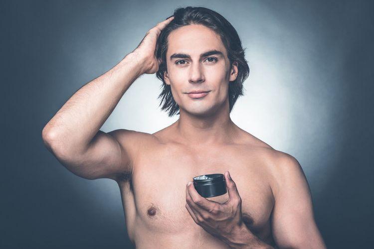 Ilustrasi pria menata rambutnya