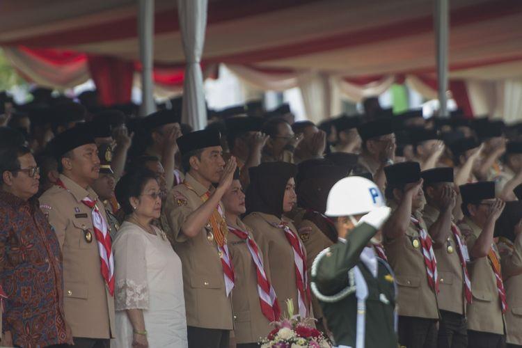 Presiden Joko Widodo (keempat kiri) bersama Ibu Negara Iriana Joko Widodo (kelima kiri), Mantan Presiden Megawati Soekarnoputri (ketiga kiri), Menpora Imam Nahrawi (kedua kiri), dan Seskab Pramono Anung (kiri) dalam acara Raimuna Nasional XI yang bertepatan dengan peringatan ulang tahun Pramuka ke-56 di, Bumi Perkemahan Cibubur, Jakarta, Senin (14/8/2017). Sebanyak 15 ribu Pramuka Penegak dan Pandega dari 34 provinsi dan 514 kota/kabupaten serta pramuka luar negeri mengikuti kegiatan bertajuk Pramuka untuk Masa Depan Indonesia: kreatif, inovatif, berkarakter. ANTARA FOTO/Rosa Panggabean/aww/17.