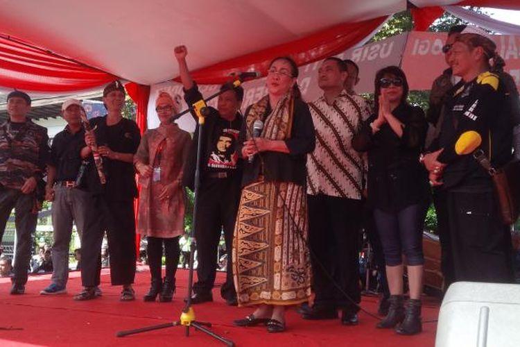 Sukmawati Soekarnoputri menghadiri aksi unjuk rasa bertajuk Sawala Apel Akbar 191-999Koalisi Masyarakat Jawa Barat Bersatu di depan Gedung Sate, Jalan Diponegoro, Kota Bandung, Kamis (19/1/2017).