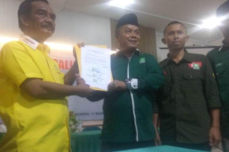 Ketua DPD Golkar dan DPC PKB Kabupaten Pangandaran memperlihatkan surat kesepakatan koalisi partai untuk menghadapi Pilkada serentak nanti, di Aula Hotel Sandaan, Rabu sore (11/3/2020).