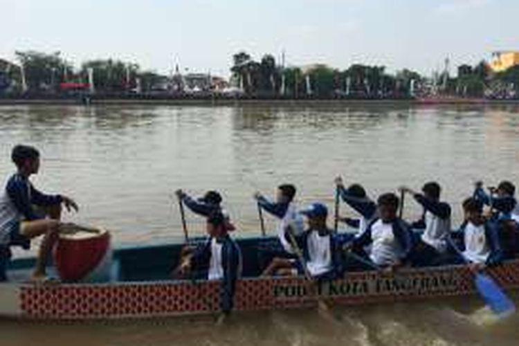 Peserta lomba Perahu Naga dalam Festival Cisadane 2016, Minggu (31/7/2016).
