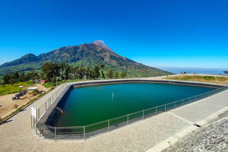 Embung Manajar di Kecamatan Selo, Boyolali dengan latar belakang Gunung Merapi.