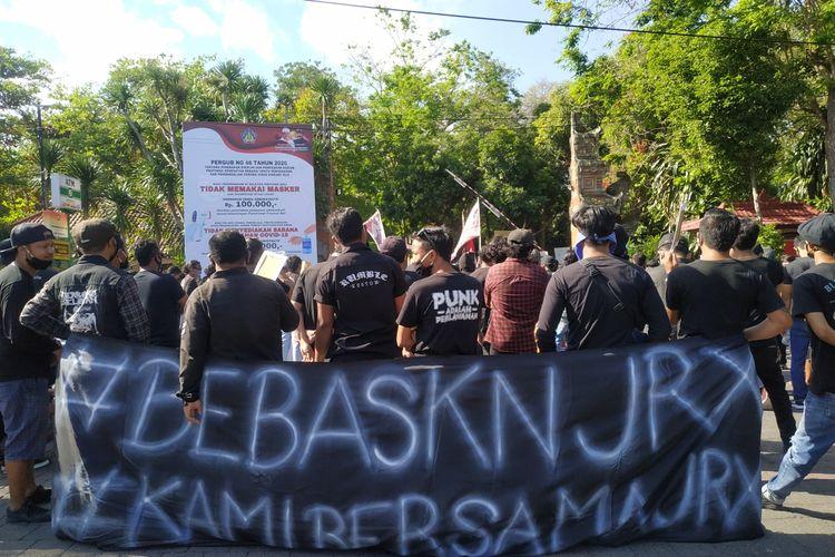 Pendukung Jerinx SID saat menggelar aksi demo di depan kantor Gubernur Bali pada Selasa (08/09/2020)