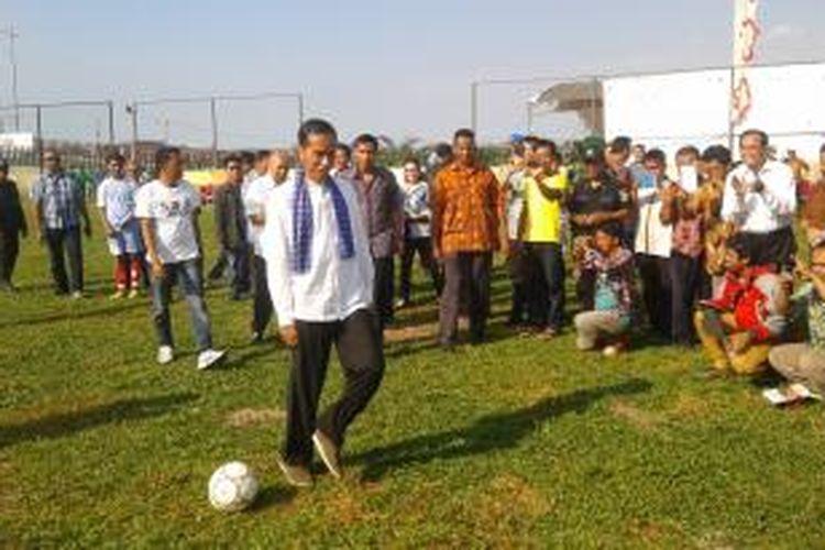 Gubernur DKI Jakarta Joko Widodo melakukan tendangan pertama, dalam peresmian jembatan dan lapangan mini soccer, di Taman Waduk Pluit, Jumat (25/4/2014)