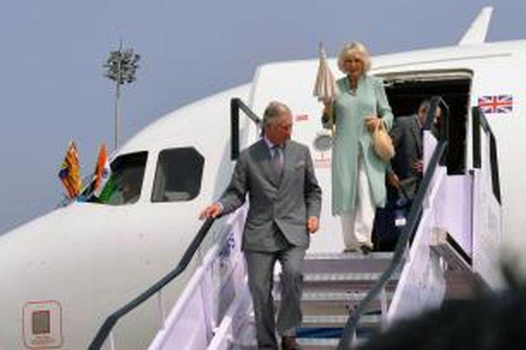 Pangeran Charles dan Camilla Parker-Bowles, terlihat menuruni tangga pesawat saat tiba di Kochi, India, Senin (11/11/2013).