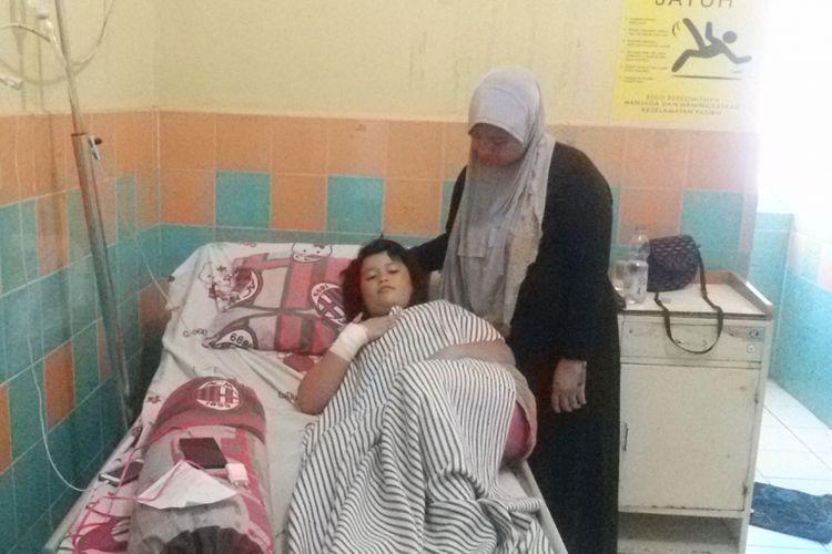 Fauziah Larasati (9) ditemani ibunya menjalani perawatan medis di ruang Asoka RSUD Pangkal Pinang.