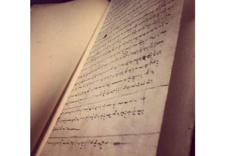 Profesor Nurhayati Rahman, pakar filologi Universitas Hasanuddin, Makassar mengatakan karya yang diperkirakan sudah ada sejak abad-14 itu, awalnya diceritakan secara tutur, kemudian ditulis di lembaran-lembaran daun lontar.