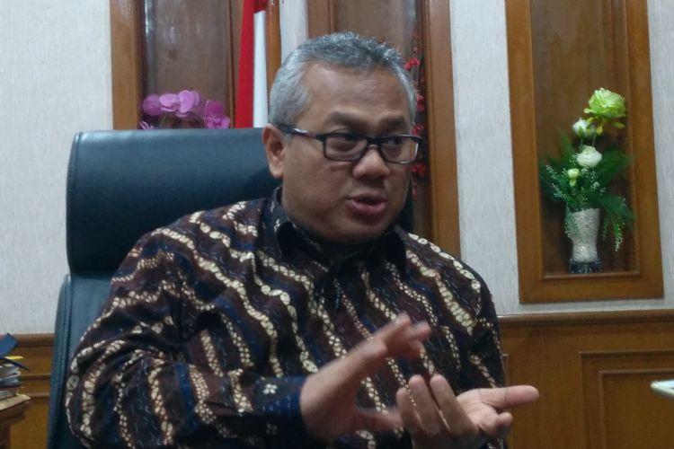 Ketua Komisi Pemilihan Umum RI (KPU) Arief Budiman di kantornya, Jakarta, Jumat (12/1/2018). Putusan Mahkamah Konstitusi tentang verifikasi faktual berpotensi memundurkan jadwal penetapan parpol peserta pemilu 2019.