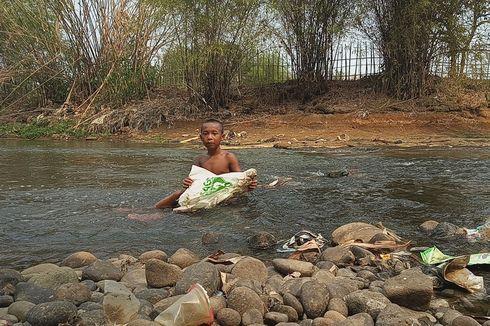 Saat Gunung Sampah Bersatu dengan Sungai Ciliwung...