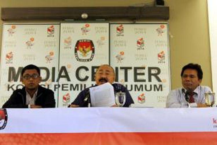 Advisor Kemitraan Ramlan Surbakti (tengah) bersama Komisioner Bawaslu Nelson Simanjuntak (kanan), dan peneliti ICW Abdullah Dahlan, memaparkan mekanisme pendanaan kampanye oleh pihak ketiga di kantor KPU, Jakarta Pusat, Kamis (5/6/2014). Sumber dana dari pihak ketiga diduga merupakan kamuflase taktik dari tim pelaksana kampanye yang tidak diketahui oleh publik untuk memenangkan salah satu pasangan capres.