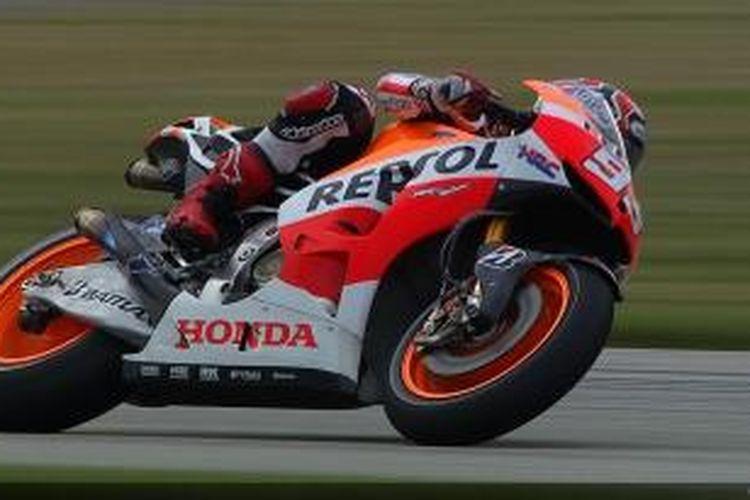 Pebalap Honda asal Spanyol, Marc Marquez memacu motornya pada sesi latihan bebas pertama GP Indianapolis di Sirkuit Indianapolis Motor Speedway, Kamis (15/8/2013).
