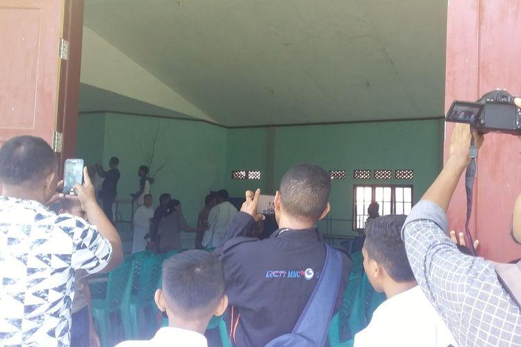 Foto : Suasana setelah rapat bersama antara pihak sekolah dan orangtua siswa di aula Seminari Bunda Segala Bangsa, Maumere, Kabupaten Sikka, NTT, Selasa (25/2/2020).