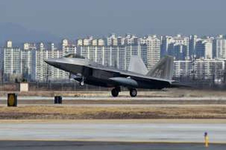 Sebuah jet F-22 Raptors milik Angkatan Udara AS mendarat di Pangkalan Udara Osan, Korea Selatan, Rabu (17/6/2016), setelah melakukan terbang lintas sebagai ajang unjuk kekuatan.