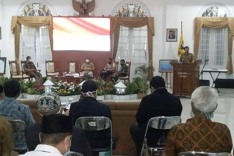 Bupati Sumedang H Dony Ahmad Munir mengajak seluruh lapisan masyarakat tetap disiplin menjalankan protokol kesehatan saat seminar pembekalan kepada Ormas, OKP, hingga FKUB di Gedung Negara, Sumedang, Senin (23/11/2020). AAM AMINULLAH/KOMPAS.com