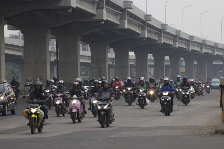 Pemudik motor mulai padati jalur Kalimalang menuju Bekasi, Kamis (22/6/2017)