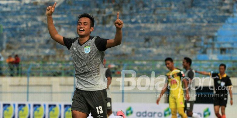 Pemain Persela Lamongan, Agung Pribadi, merayakan gol ke gawang Kedah FC pada laga Suramadu Super Cup di Stadion Gelora Bangkalan, Senin (8/1/2018).