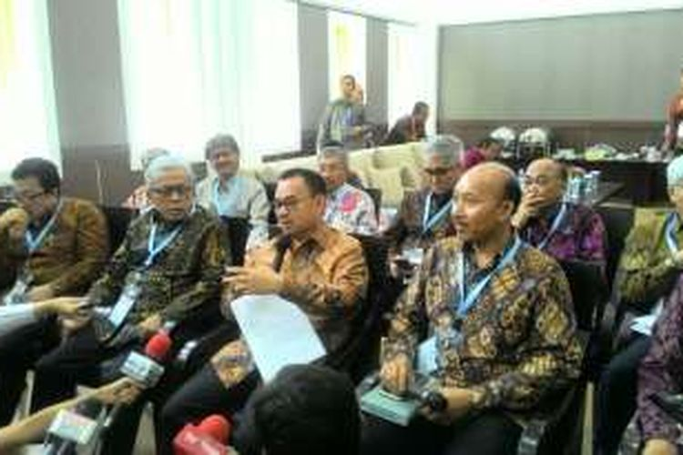 Menteri ESDM Sudirman Said (tengah) di Kantor Kementerian ESDM Jakarta Senin (29/2/2016)