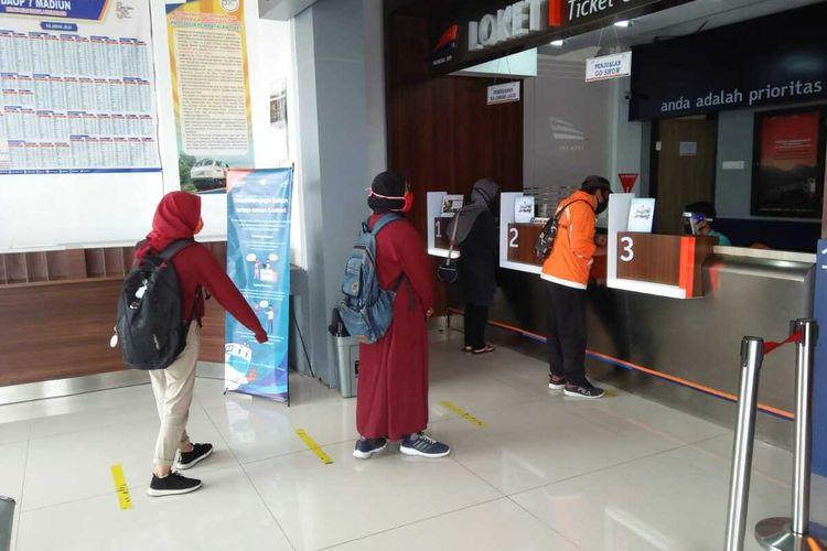 Suasana di tempat pelayanan tiket di salah satu Stasiun Kereta Api wilayah kerja PT KAI Daop 7 Madiun.