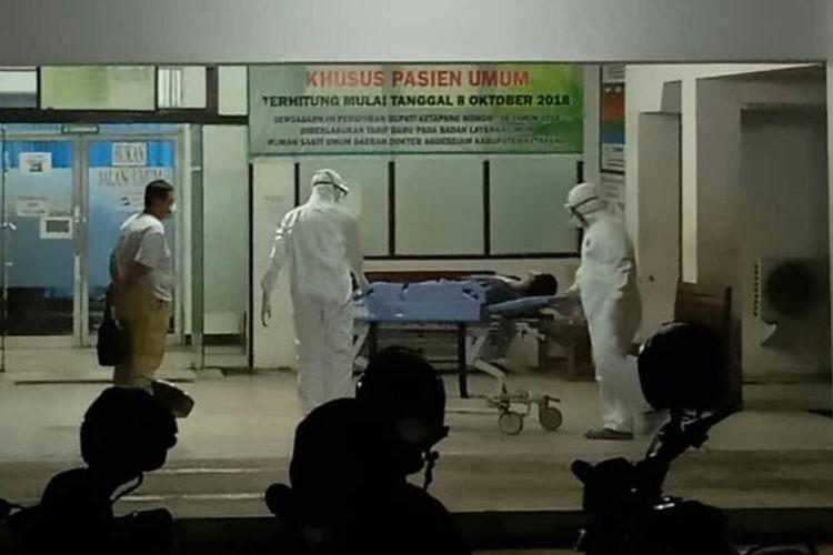 Seorang TKA asal China masuk ruang isolasi di Rumah Sakit Umum Daerah Agoesdjam Ketapang, Kalimantan Barat, Selasa (3/3/2020) malam.