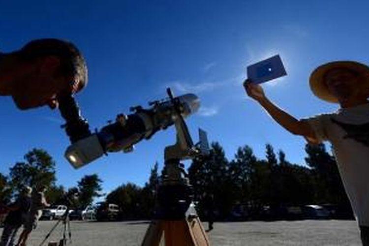 Norm Vargas memegang filter, untuk menyaksikan gerhana matahari parsial di Mt Wilson Observatory, San Gabriel Mountains, Los Angeles, 23 Oktober 2014.