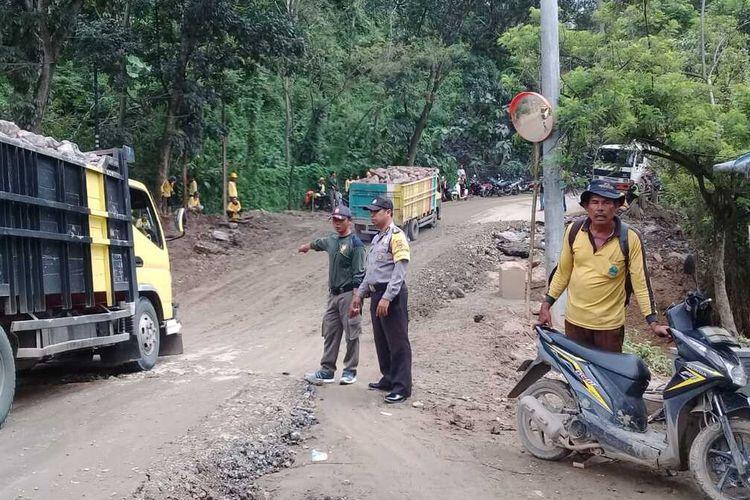 Sejumlah kendaraan terpaksa memutar arah untuk menghindari akses jalan tertutup di jalan transyogi Tanjungsari-Cianjur, Kampung Girijaya RT 08/04, Desa Sirnarasa Kecamatan Tanjungsari, Kabupaten Bogor, Jawa Barat.