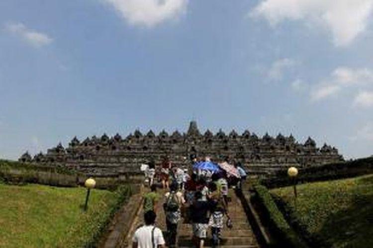 Wisatawan mengunjungi Candi Borobudur, Magelang, Jawa Tengah, Senin (25/4/2011).