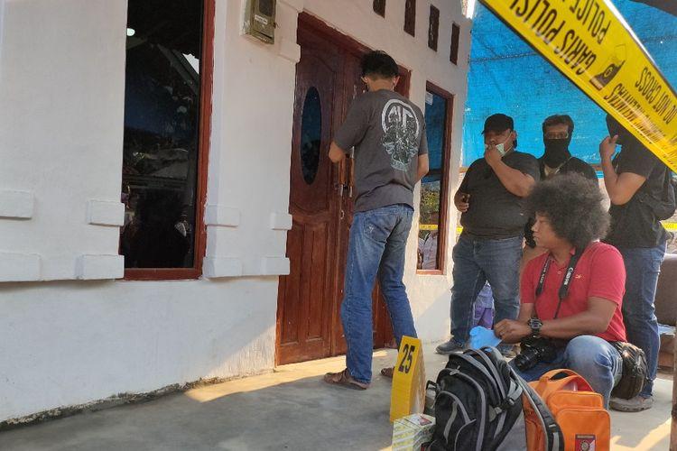 Anggota Polres Brebes melakukan pemeriksaan di kediaman orang tua Fitria di Desa Sitanggal, Kabupaten Brebes, Jawa Tengah, Kamis (10/10/2019)
