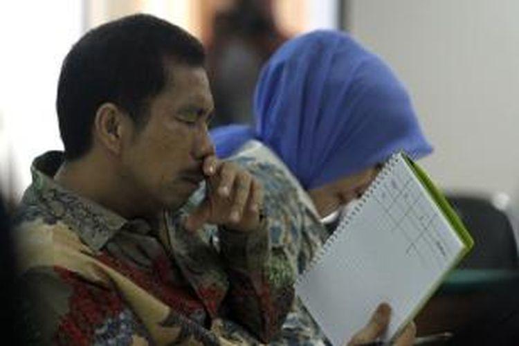 Wali Kota nonaktif Palembang Romi Herton bersama istrinya, Masyito, menjalani sidang dengan agenda putusan di Pengadilan Tindak Pidana Korupsi, Jakarta, Senin (9/3/2015). Romi divonis penjara 6 tahun denda Rp 200 juta subsider kurungan 2 bulan, sementara Masyito dituntut penjara 4 tahun denda Rp 200 juta, karena terbukti terlibat dalam kasus suap sengketa pilkada Kota Palembang yang juga melibatkan mantan Ketua MK Akil Mochtar.