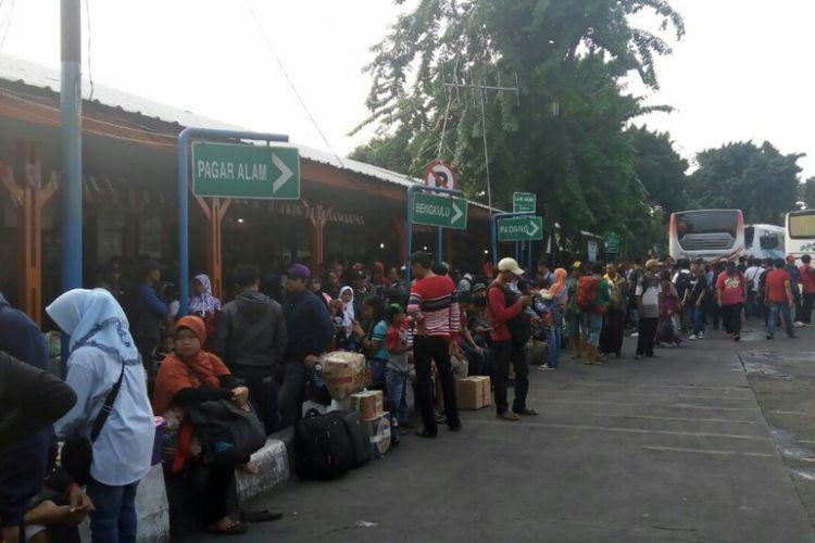 Antrean penumpang di loket-loket pembelian tiket di Terminal Kalideres, Jakarta Barat, Kamis (31/8/2017).