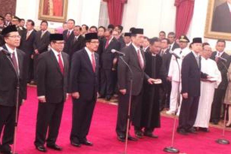 Lima menteri dan sekretaris kabinet dilantik Presiden Joko Widodo di Istana Negara, Jakarta, Rabu (12/8/2015).