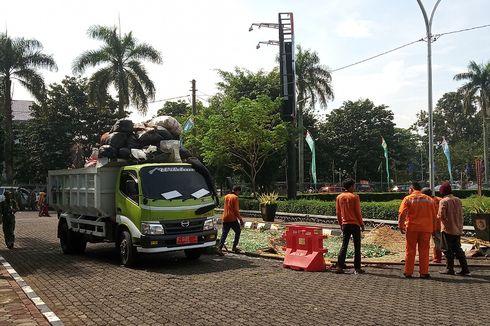 Dengan Alat Berat, Satpol PP Bogor Musnahkan 6320 Botol Miras