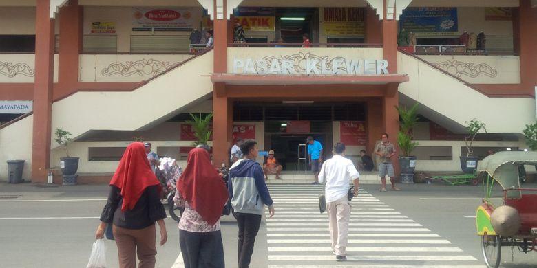 Warga melintas di depan Pasar Klewer Solo, Jawa Tengah, Jumat (4/1/2019).