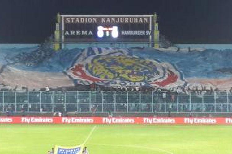 Dukungan yang diberikan Aremania terhadap tim kesayangannya, Arema, pada laga melawan Hamburg SV di Stadion Kanjuruhan, Malang, Senin (6/1/2014).