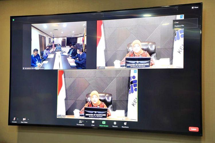 Dokumentasi video conference antara Menteri Ketenagakerjaan Republik Indonesia Ida Fauziyah dan Menteri Sumber Daya Manusia (SDM) Malaysia Datuk Seri Saravanan Murugan beserta jajarannya pada Kamis (6/5/2021).