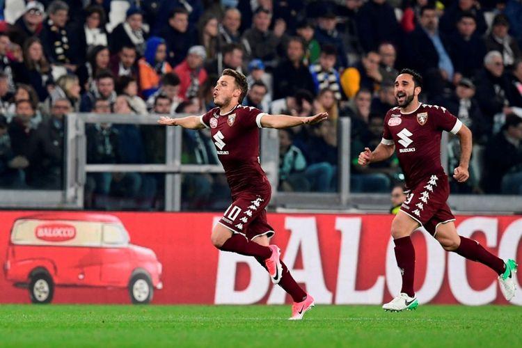 Penyerang Torino, Adem Ljajic (kiri), melakukan perayaan setelah mencetak gol ke gawang Juventus pada partai Serie A - kasta teratas Liga Italia - di Turin, Sabtu (6/5/2017).