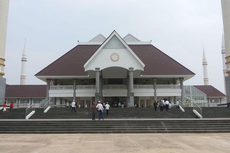Masjid Raya KH Hasyim Asyari yang berlokasi di Semanan, Kalideres, Jakarta Barat, Jumat (21/4/2017). Masjid ini adalah masjid yang dibangun oleh Pemerintah Provinsi DKI dan diresmikan oleh Presiden Joko Widodo pada 15 April 2017.