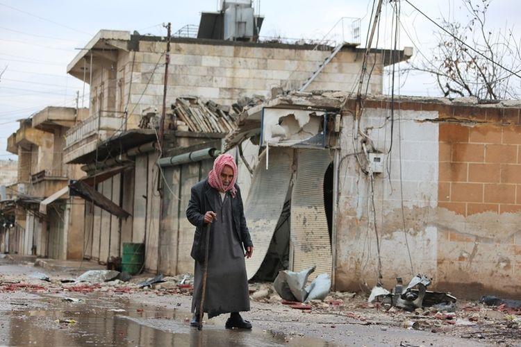 Warga Suriah melintas di jalanan yang rusak di kota Kurdi, Jandairis di dekat perbatasan Suriah dengan Turki. Banyak warga sipil Suriah yang ingin menyeberang ke Turki demi mendapat perlindungan.