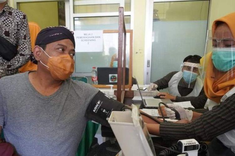 Kepala Dinas Kesehatan Brebes dr. Sartono menjalani pemeriksaan kesehatan sebelum disuntik vaksin, Kamis (28/1/2021) (Dok. Dinas Kesehatan Brebes)