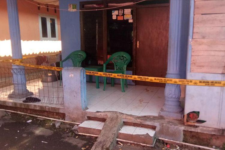 Garis polisi dipasang di sebuah rumah yang menjadi lokasi pembunuhan di Gang Kosasih, Kampung Cikaret, RT 05 RW 10, Kelurahan Cikaret, Kecamatan Bogor Selatan, Kota Bogor, Jumat (12/7/2019).