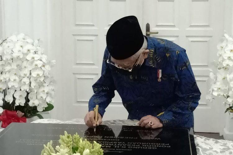 Wapres Ma'ruf Amin saat menandatangani prasasti Gedung K.H. Ma'ruf Amin yang ada di Pondok Pesantren Terpadu Darussyifa Al-Fithroh Perguruan Yaspida, Sukabumi secara virtual, Kamis (27/5/2021).