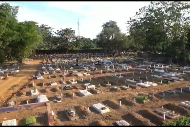 Suasana lahan pemakaman khusus covid-19 Macanda, Jalan Macanda, Kecamatan Sombaopu, Kabupaten Gowa, Sulawesi Selatan yang sudah over kapasitas. Kamis, (29/7/2021).