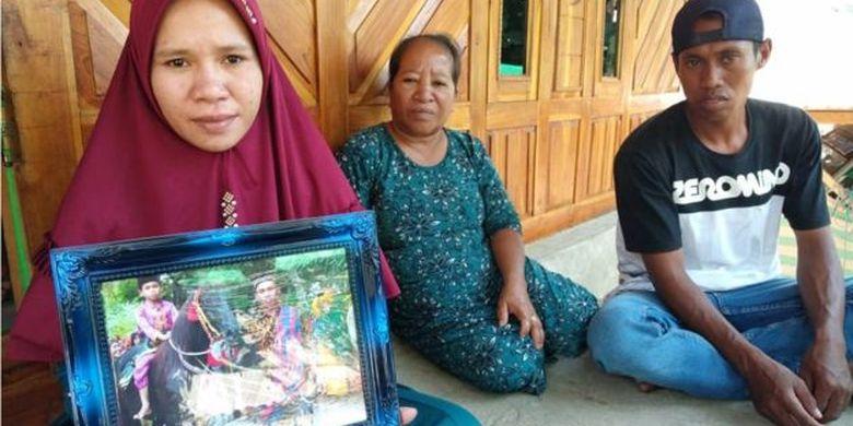 Samsul (kanan) dan Sulastri (paling kiri), orang tua M Sabila Putra, bocah 10 tahun yang meninggal dunia saat menjadi joki pacuan kuda tradisonal Sambi Nae, Kota Bima, Nusa Tenggara Barat, Senin (14/10).
