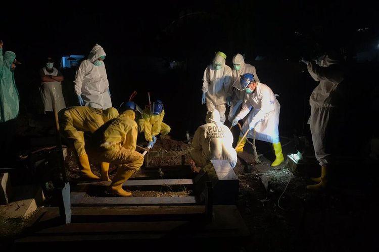 Proses pemakaman jenazah Covid-19 di malam hari